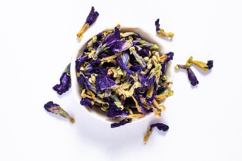 La flor seca del guisante de mariposa del concepto de la comida para hace el té en cerami imagen de archivo libre de regalías