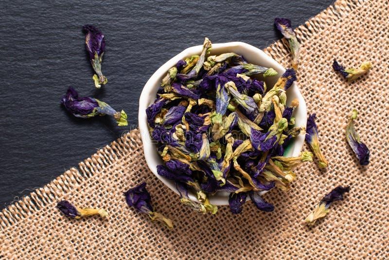La flor seca del guisante de mariposa del concepto de la comida para hace el té en cerami imagenes de archivo