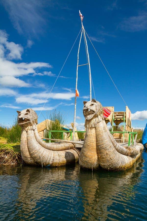 La flotación y las islas turísticas del lago Titicaca fotos de archivo