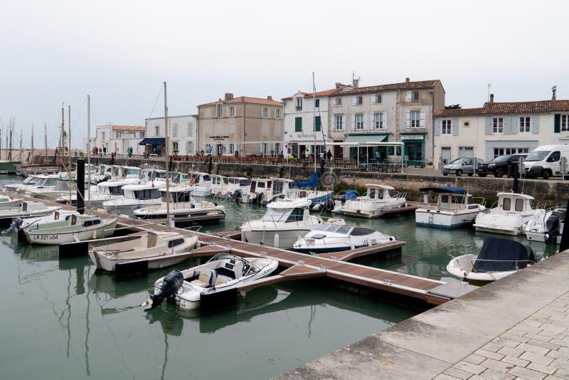 La Flotte en Ré, Charente/Frankrike - 05 01 2019 : Den gamla hamnen i byn La Flotte på ön Ile de R arkivbilder