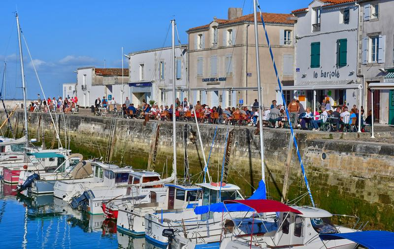 La Flotte, Frankrike - september 25 2016: pittoresk by i a royaltyfri bild