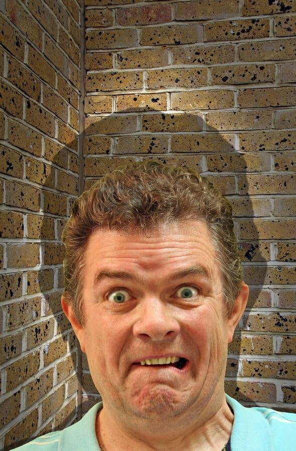 La fobia del muro di mattoni del vicolo cieco fobica ha spaventato l'inseguimento spaventato bloccato immagine stock libera da diritti