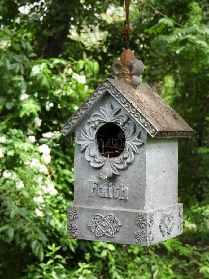 La foi a décoré la volière accrochant dans le jardin photos stock