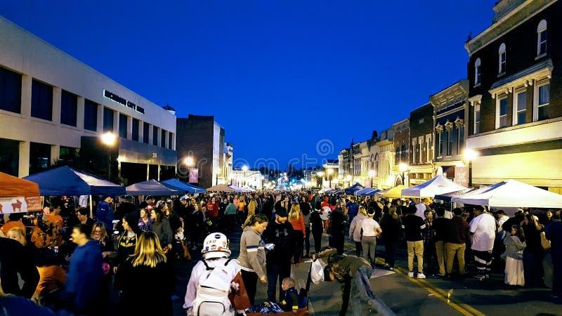 La folla degli Stati Uniti di Richmond, KY A si riunisce intorno a vendor& x27; tende di s durante il Hoedown annuale di Hallowee fotografia stock libera da diritti