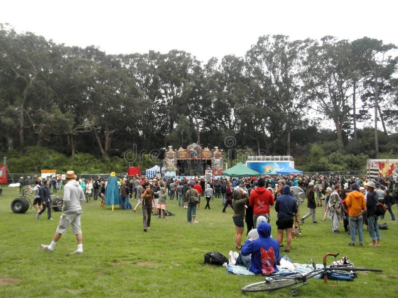 La folla della gente parla e beve la birra nella celebrazione di andare in bicicletta fotografie stock