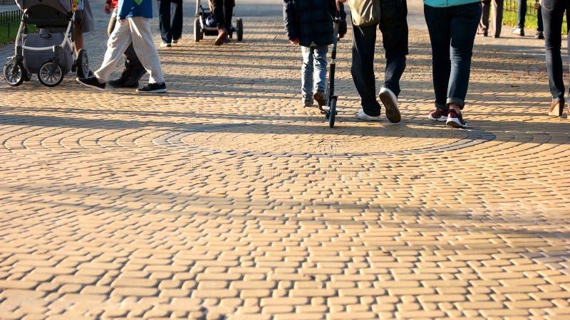 La folla della gente sta camminando nel parco fotografie stock