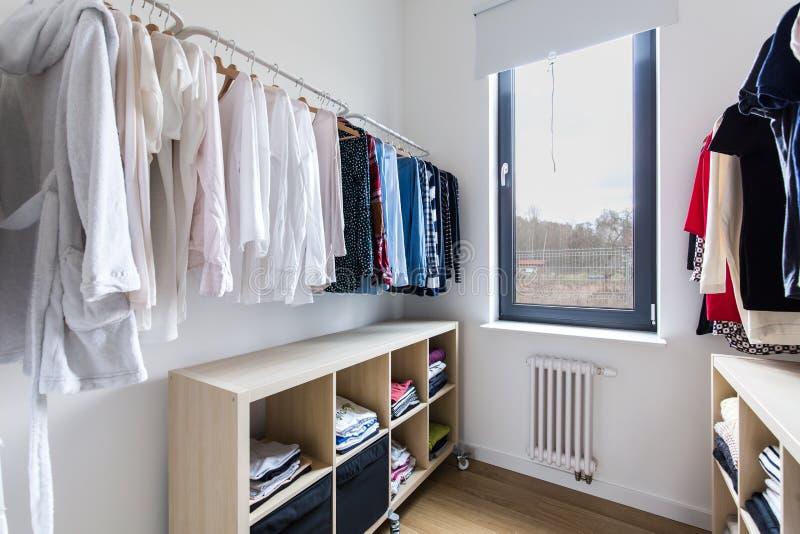 Download La Fonctionnalité Et La Lumière Créent Le Parfait Un Vestiaire Photo stock - Image du étage, lumineux: 77153066