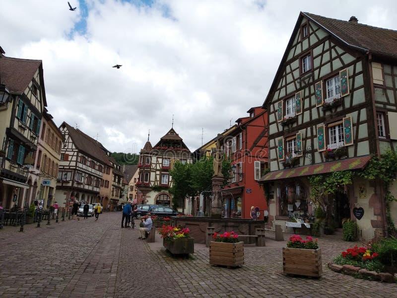 La fontaine au centre de Kaysersberg, entouré par les maisons typiques dans le style rhénan image libre de droits