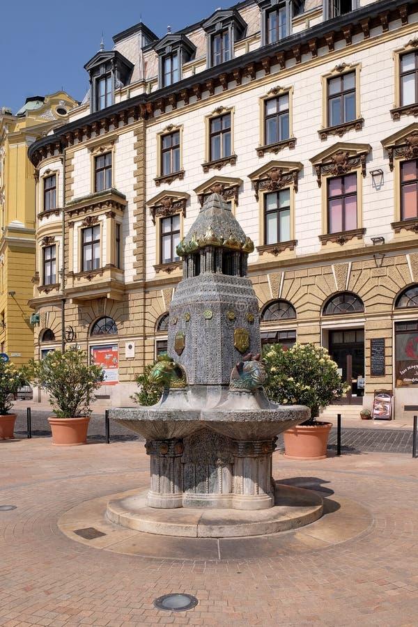La fontaine avec Zsolnay a fabriqué des sculptures dans la place principale à Pecs Hongrie photos libres de droits