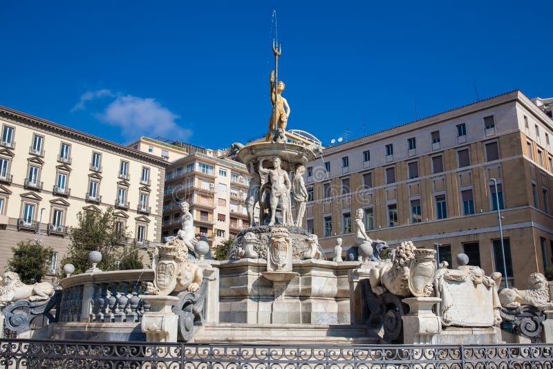La fontaine célèbre de Neptune a placé à la place de Municipio à Naples a construit le 1600 images libres de droits