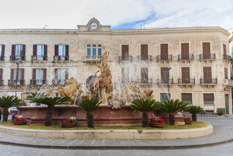 La fontaine d'Artemide à Syracuse, Sicile, Italie images stock