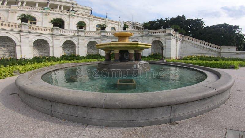 La fontaine d'eau devant le bâtiment capitale des Etats-Unis, le congrès images stock