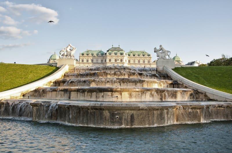 La fontaine dans des jardins de belvédère à Vienne photo stock