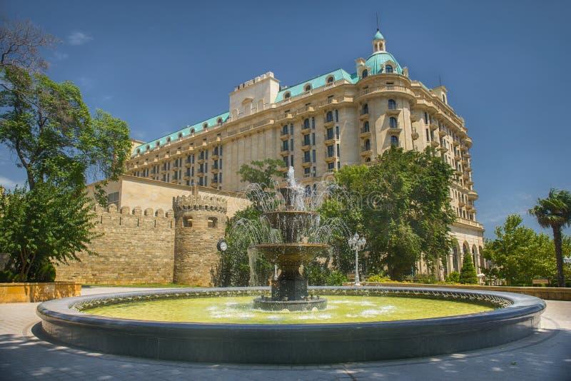 La fontaine dans le jardin philharmonique à Bakou, Azerbaïdjan photo stock