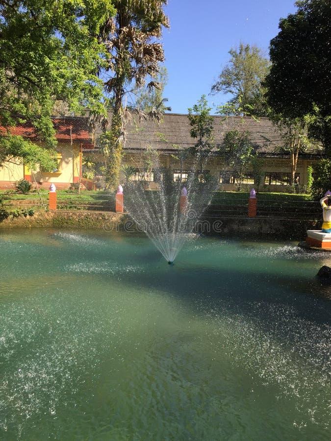 La fontaine dans le temple images libres de droits