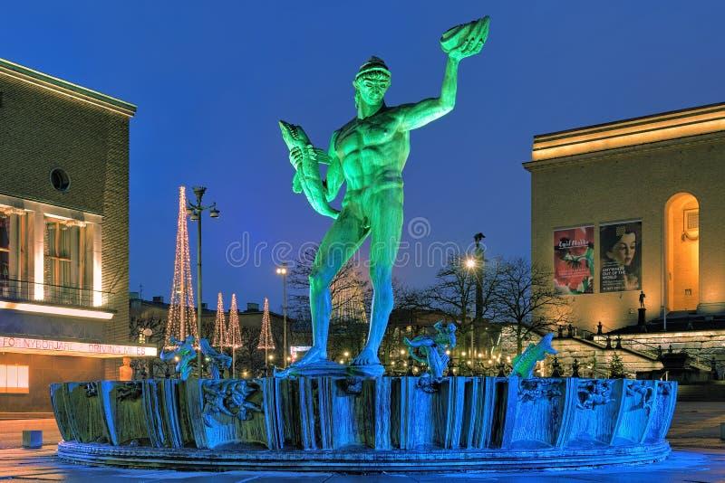 La fontaine de Poseidon à Gothenburg avec l'illumination vert-bleu photos libres de droits