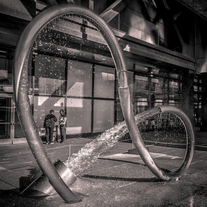 La fontaine de tube de l'eau chez les sciences et de l'Industrie, Paris, France de DES de Cité photo libre de droits