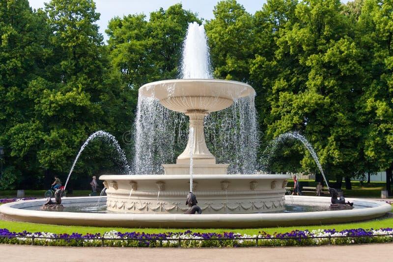 La fontaine en parc photo stock