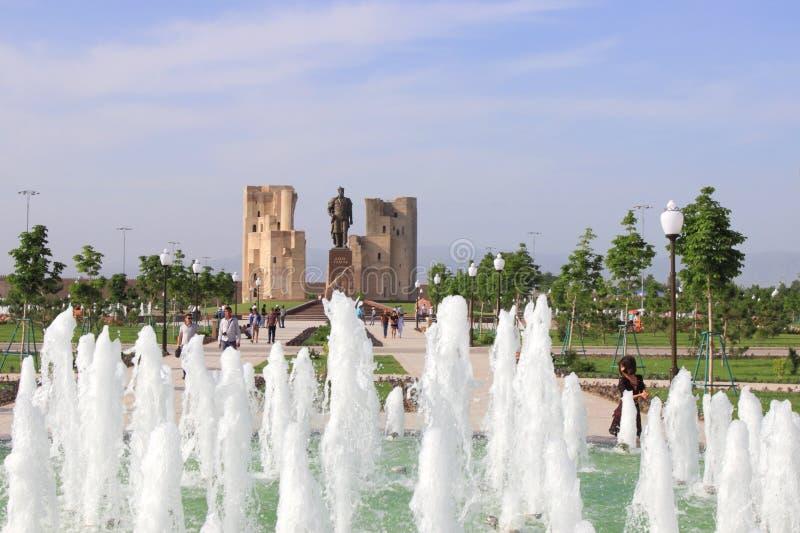 La fontaine, le parc et les ruines du palais d'Aksaray d'Amir Timur dans Shakhrisabz, l'Ouzbékistan photo libre de droits