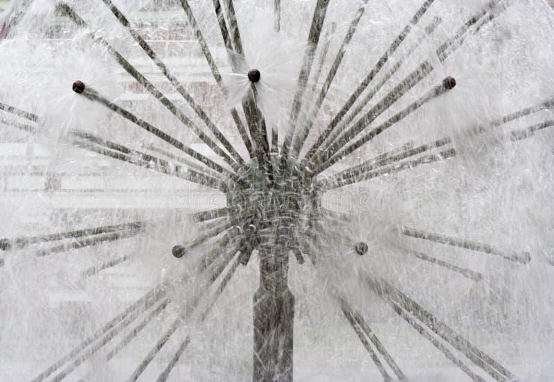 La fontaine moderne aiment un blowball image libre de droits