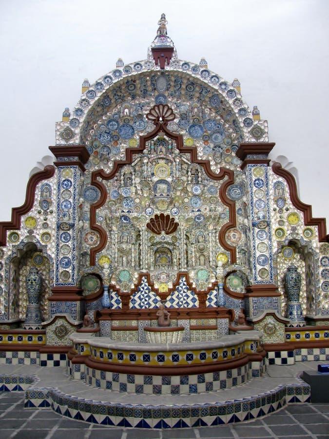 La fontana al del Risco della casa ha fatto dai piatti e dalle tazze ceramici Citt? del Messico, Messico immagini stock