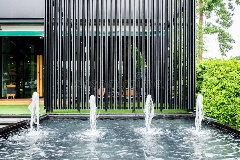 La fontana anteriore del negozio con il pannello d'acciaio nero decora fotografia stock