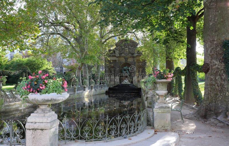La fontana barrocco romantica di Medici ha progettato nel secolo in anticipo XVII ai giardini di Lussemburgo parigi france fotografia stock libera da diritti
