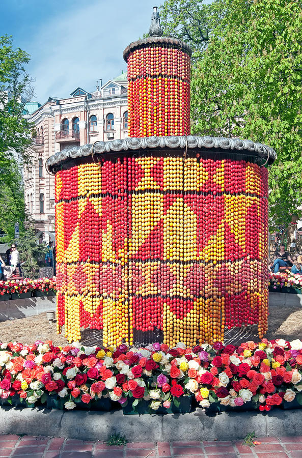 Download La Fontana Centrale Del Parco Decorata A Kiev, Uraine Fotografia Stock - Immagine di colorful, festive: 30826928