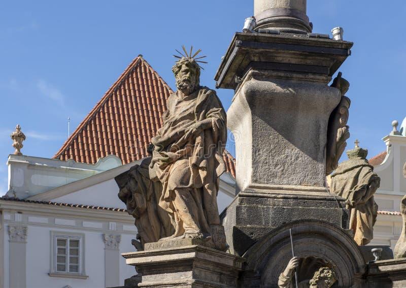 La fontana della pietra della parte del primo piano che circonda una colonna di peste in Cesky Krumlov ha eretto nei 1570's fotografia stock libera da diritti