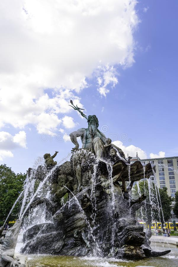 La fontana di Nettuno a Berlino sui precedenti di cielo blu in Berlin Germany September 2017 fotografia stock libera da diritti