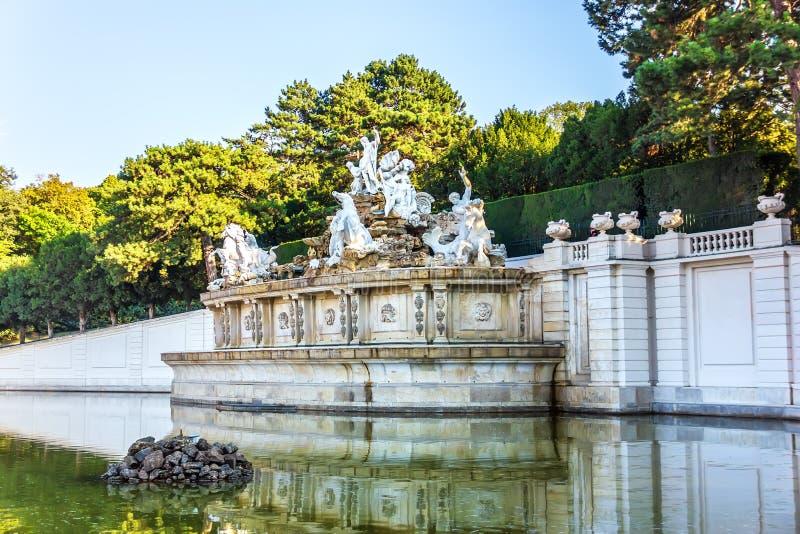 La fontana di Nettuno nel parco del palazzo di Schonbrunn, Vienna fotografia stock libera da diritti
