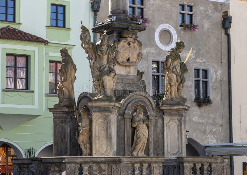 La fontana di pietra che circonda una colonna di peste in Cesky Krumlov ha eretto nei 1570's immagine stock libera da diritti