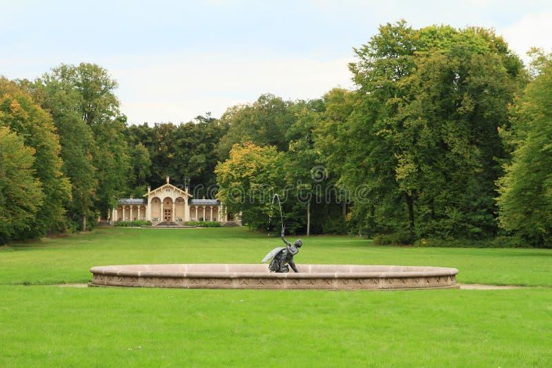 La fontana ed il giardino di inverno in castello parcheggiano sul castello Sychrov fotografia stock libera da diritti