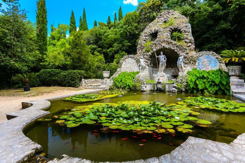 La fontana ed il giglio di Nettuno accumulano a Trsteno, Croazia fotografia stock libera da diritti