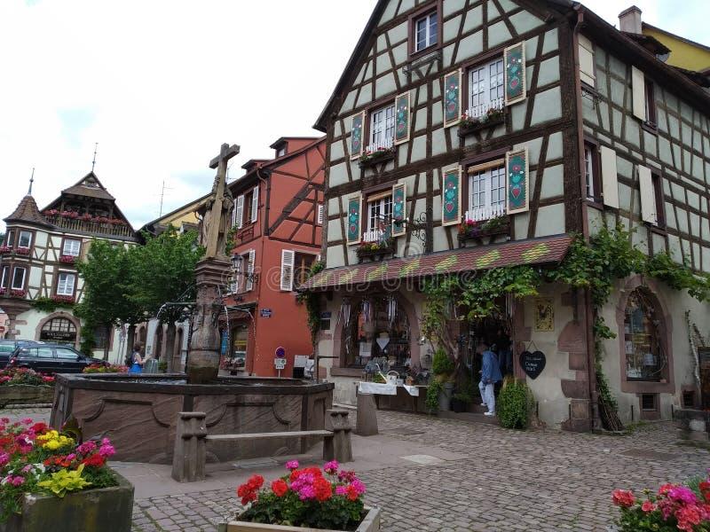 La fontana nel centro di Kaysersberg, circondato dalle case tipiche nello stile renano immagine stock libera da diritti