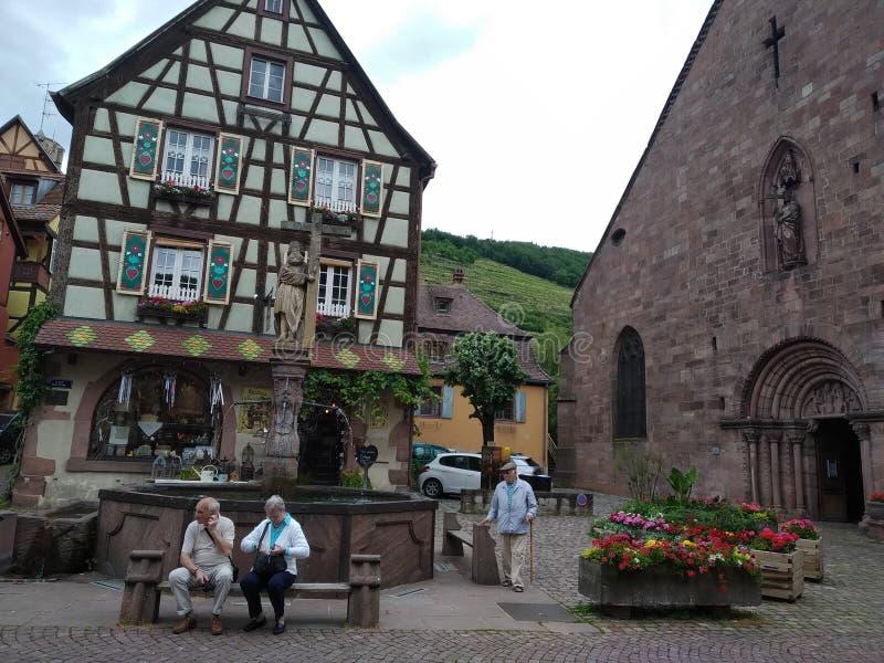 La fontana nel centro di Kaysersberg, circondato dalle case tipiche nello stile renano fotografia stock libera da diritti