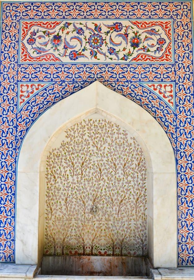 La fontana storica ha riguardato il turco fatto a mano - mattonelle dell'ottomano - Kutahya, Turchia fotografia stock