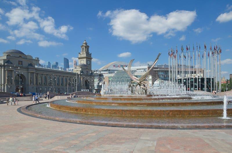 La fontana sul quadrato di Europa e sulla stazione ferroviaria di Kievsky, Mosca, Russia fotografie stock libere da diritti