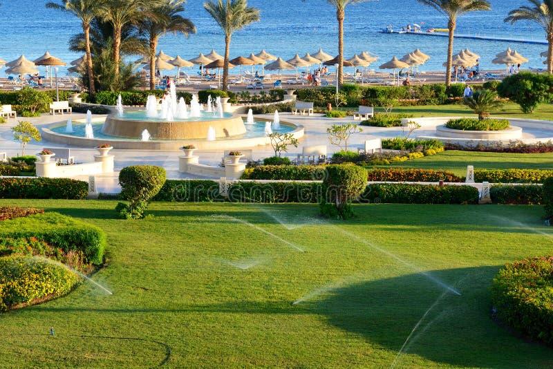 La fontana vicino alla spiaggia all'albergo di lusso immagini stock libere da diritti