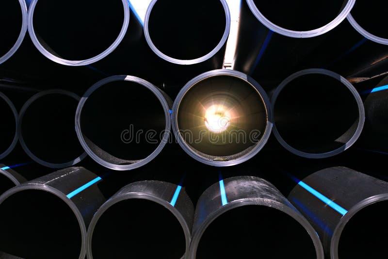 La fontanería instala tubos la fábrica de la industria de tubos foto de archivo