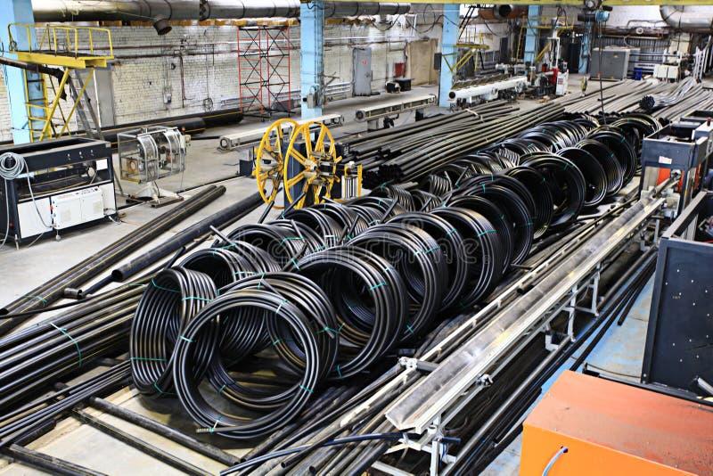 La fontanería instala tubos la fábrica, industria, fabricación de tubos imágenes de archivo libres de regalías