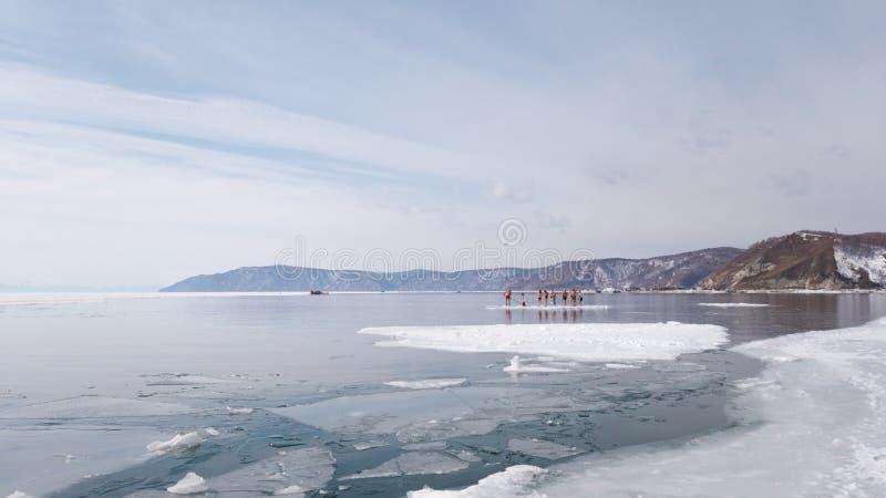 La fonte del fiume di Angara dal lago Baikal Il giorno di primavera, la gente si diverte su una banchisa di galleggiamento in Sib immagine stock libera da diritti