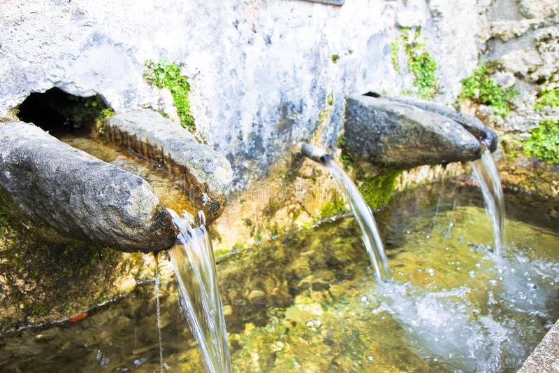La fonte di pietra di acqua potabile viene da una montagna - spirito di immagine immagine stock