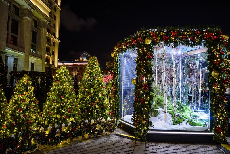 La foresta di Natale e del nuovo anno di fiaba su Manezh quadra Installazione leggera festiva Mosca, Russia fotografia stock libera da diritti