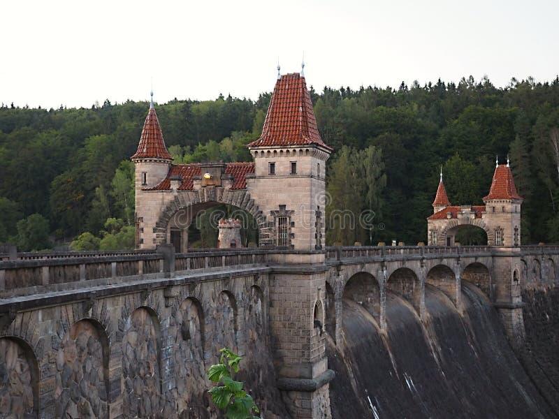 La foresta di regno è un bacino idrico della diga della valle sul fiume Elba costruito nel 1920 È situato vicino al villaggio di  fotografia stock