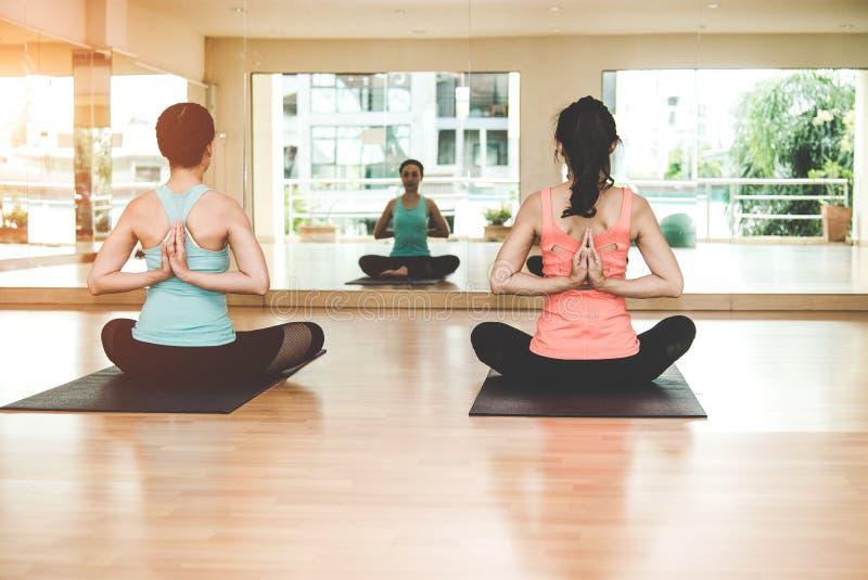 La forma de vida de la gente de Asia que practica y que ejercita vital medita yoga en sitio de clase fotos de archivo libres de regalías