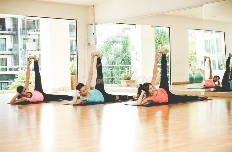 La forma de vida de la gente de Asia que practica y que ejercita vital medita yoga en sitio de clase fotografía de archivo libre de regalías