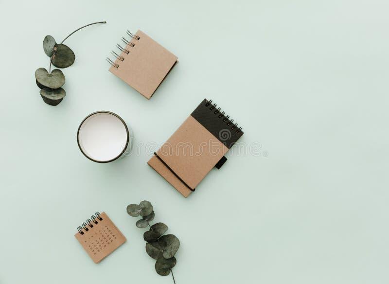 La forma de vida minimalista para el sitio web, márketing, los medios sociales con eco hace el cuaderno a mano imagen de archivo
