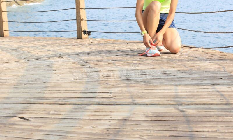 Download La Forma De Vida Sana Se Divierte A La Mujer Que Ata Cordones Imagen de archivo - Imagen de atlético, movimiento: 64208795
