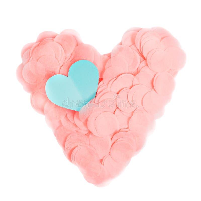 La forma del corazón hizo del confeti de papel con el corazón azul del corte del papel aislado en blanco imagen de archivo libre de regalías